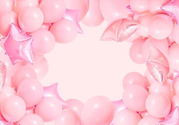 Розовые воздушные шары в день рождения на фоне мяты с макетом