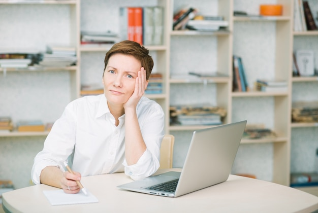 女性のオフィスワーカーは動揺し、頭の健康のための痛みが病気の疲れを感じる