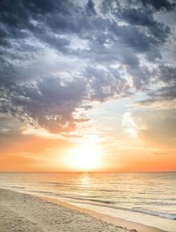 Красивый летний морской пейзаж