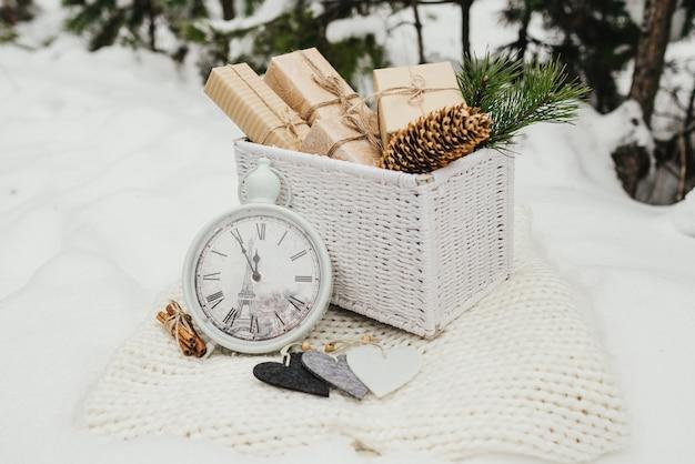 バレンタインギフト。白い籐のバスケットに積まれたプレゼントボックス