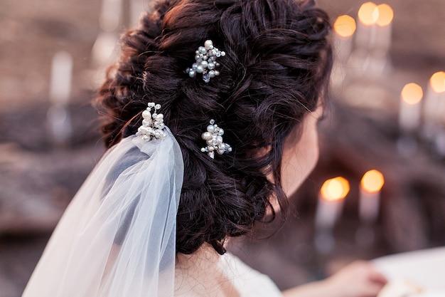 結婚式の花嫁の髪が結ばれています。