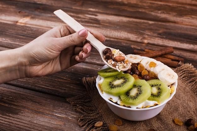 Вкусный здоровый утренний завтрак из молока и каши с орехами, киви и медом