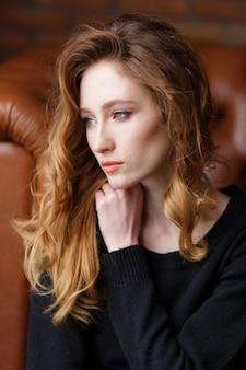 若い、美しい、赤、髪の女性の縦の肖像画を閉じます。