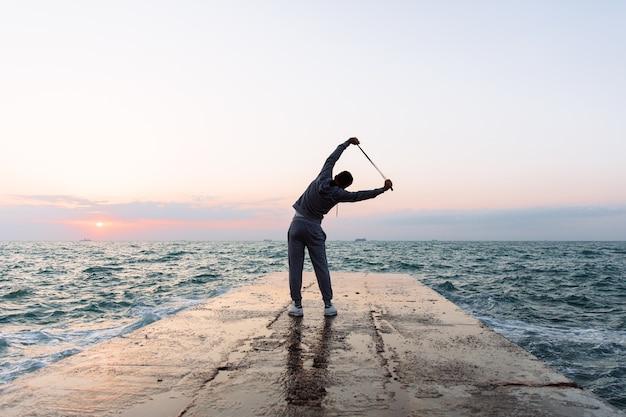 スポーツマンの練習、縄跳びで伸びる全身写真