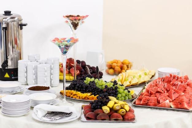 結婚式のお祝いのための美しく美味しいビュッフェ式テーブル