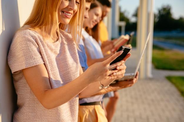 携帯電話を手に持っている女性。デバイスコンセプトを使用する人々。