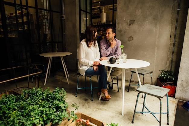 カフェでの恋人のロマンチックなデート。ロマンチックな瞬間を楽しんでいる恋人の恋人