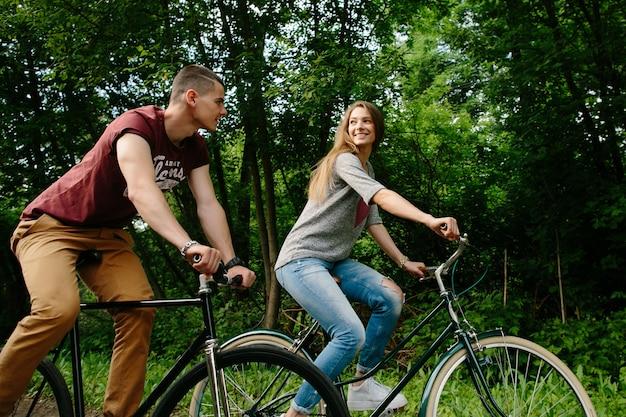 バイクのカップル。屋外でサイクリング若い幸せなカップル。