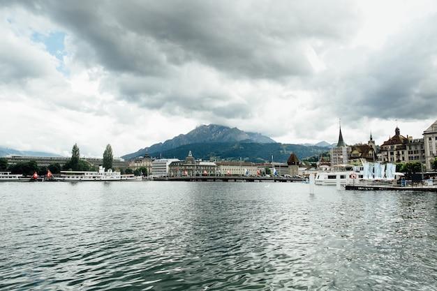 スイスでの旅行。ルツェルン、都市と山の湖の美しい眺め。観光