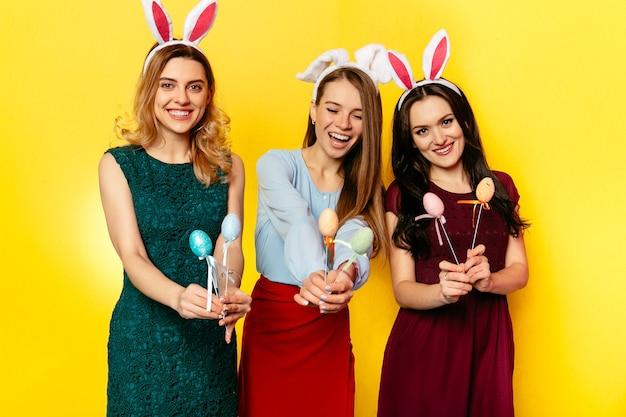 イースター。イースター、おめでとう。ウサギの耳のおかしい女性たちが一緒に楽しい、休日を祝う