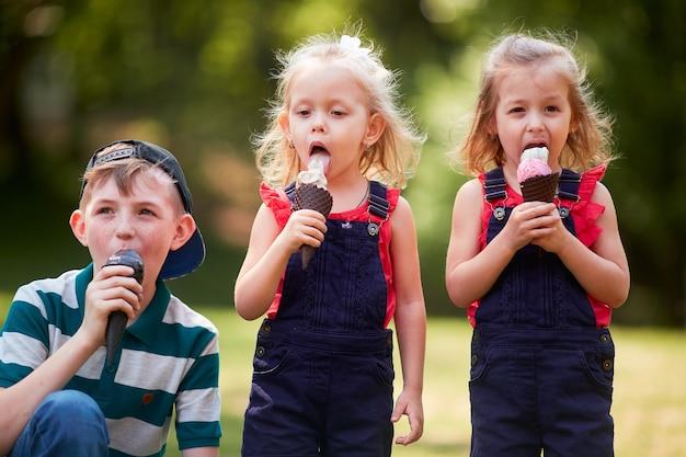 小さな子供たちがアイスクリームを食べる