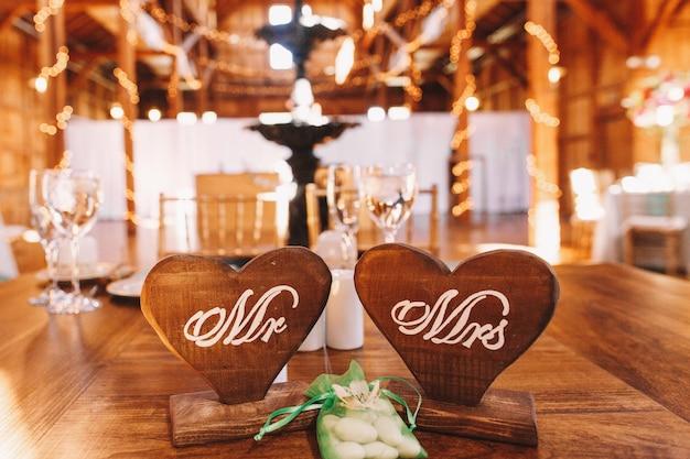 石の入った袋は、木製の心の間に文字があります
