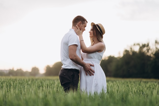 Прекрасная пара в любви смотрит друг на друга