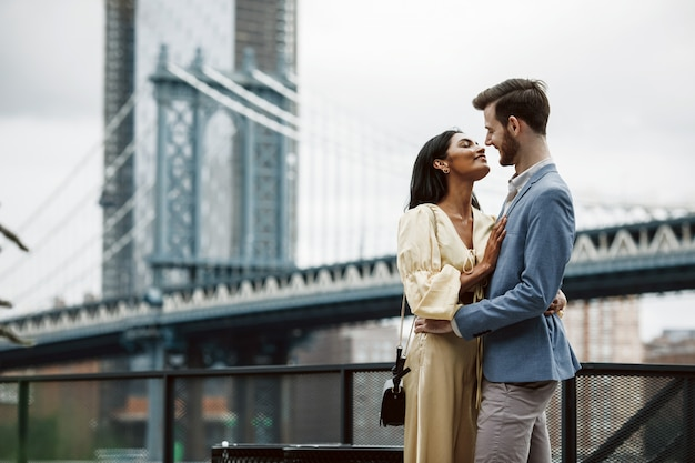 ひげのあるアメリカ人の豪華なカップルと柔らかい東の女性がお互いを抱き合う