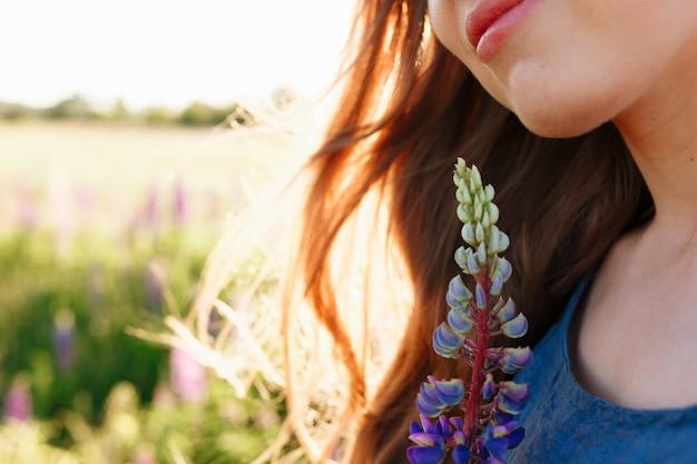 春のファッション女の子の顔が野外の肖像画の咲くフィールド。