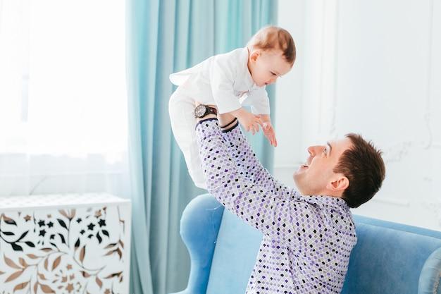 Отец играет со своим сыном