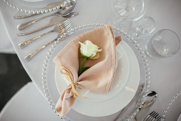 結婚式のテーブルサービング。結婚式の装飾