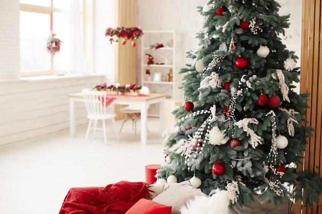 冬の休日の装飾。豊富な装飾が施された新年の木のプレゼントボックス