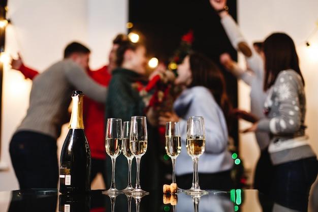 Рождественские и новогодние приготовления. компания привлекательных счастливых молодых людей празднует