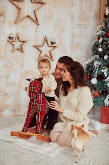 冬の休日の装飾暖色系です。家族写真。ママ、パパとその幼い娘