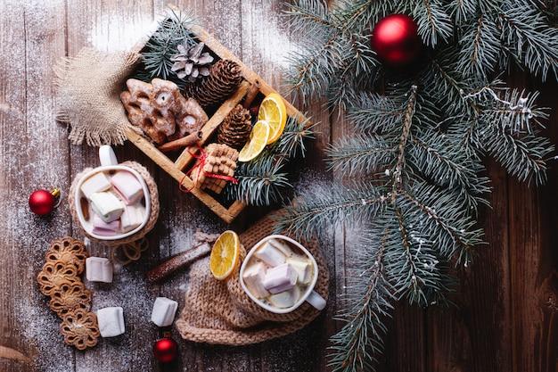 Рождественский и новогодний декор. две чашки с горячим шоколадом и корицей