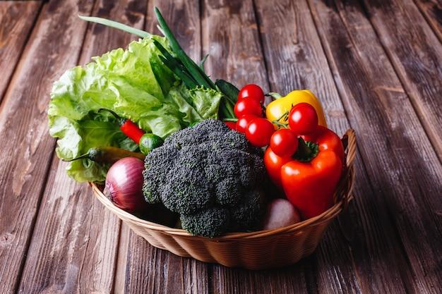 新鮮な野菜や緑、健康的な生活や食べ物。ブロッコリー、コショウ、チェリートマト、チリ