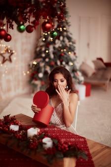 冬の休日の装飾暖色系です。ベージュのドレスの魅力的なブルネットの女性