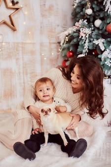 冬の休日の装飾暖色系です。家族写真。愛らしいママと娘
