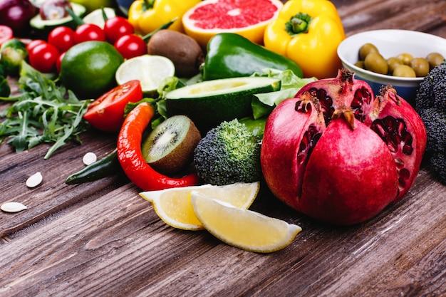 新鮮で健康的な食べ物。アボカボ、芽キャベツ、きゅうり、赤、黄、緑ピーマン