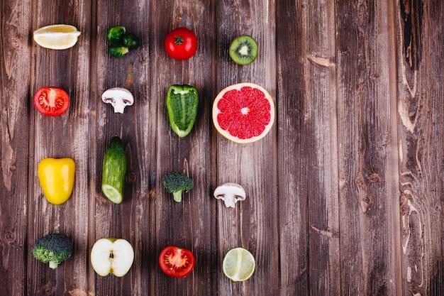 新鮮で健康的な食べ物。黄ピーマン、レモン、ライム、ブロッコリー、トマト、