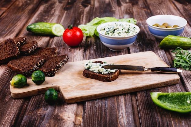 新鮮で健康的な食べ物。朝食、軽食、昼食のアイデア。チーズとパン