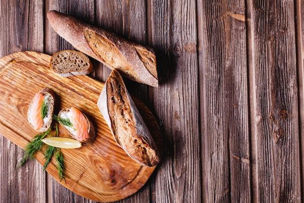 新鮮で健康的な食べ物。軽食や昼食のアイデア。レモンとサーモンの自家製パン
