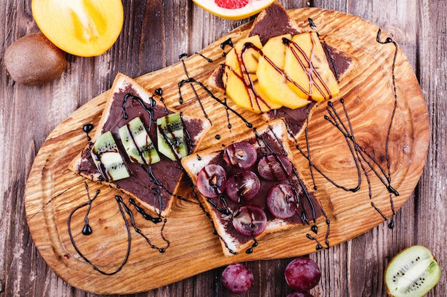 Свежая, вкусная и полезная еда. обед или завтрак идеи. хлеб с шоколадным маслом, виноград