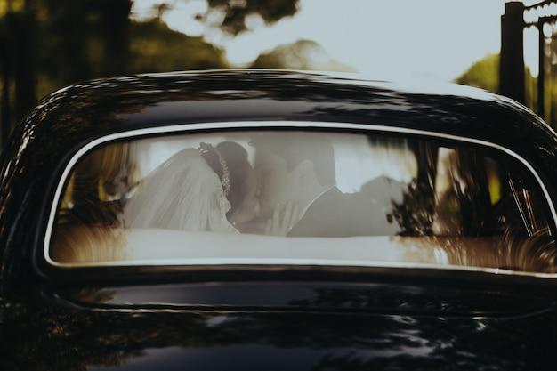 結婚式に乗る準備ができている黒のレトロな車