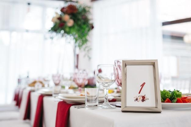 レストランでの結婚式のためのスタイリッシュな装飾