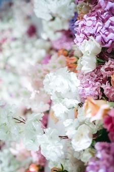 Много красивых цветов для украшения ресторана