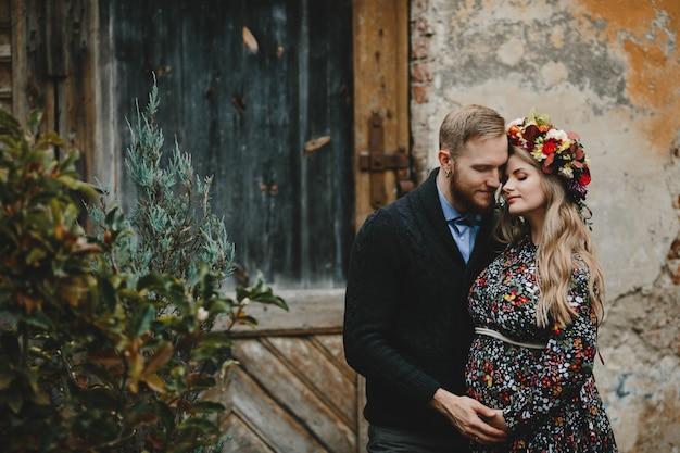 家族の肖像画、カップルを拡大します。男は優しい妊娠中のウォマを抱擁