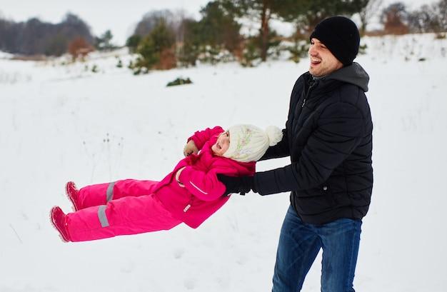 幸せな父は彼の娘と遊ぶ