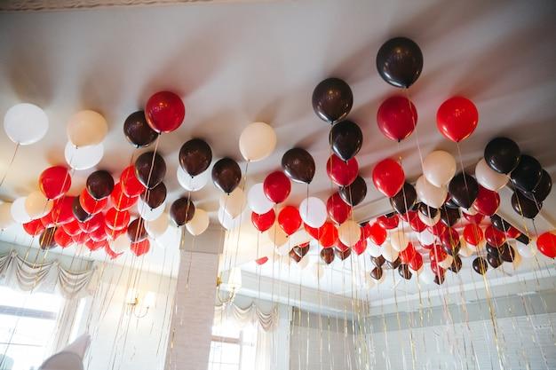 Много красивых шаров для украшения пространства