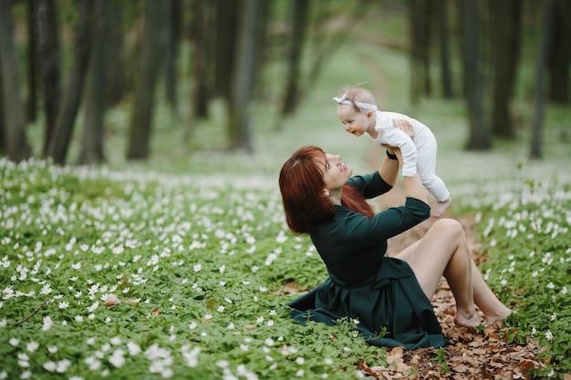 幸せな母と娘はお互いを喜ぶ