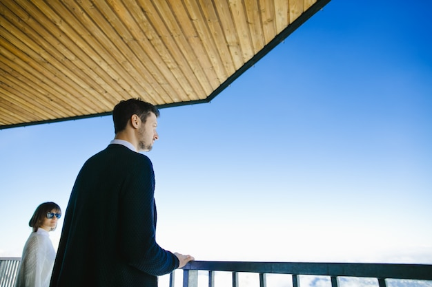 Мужчина и его жена смотрят на красивые пейзажи и небо
