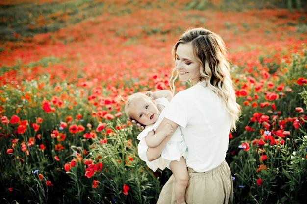 彼女の赤ちゃんを楽しんでいる女性