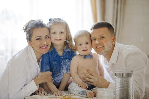 台所で子供たちと幸せな家族
