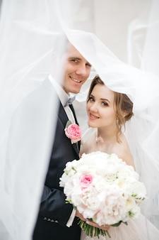 結婚式の日の美しいカップル