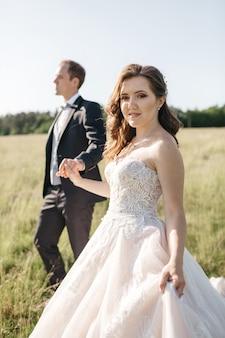幸せな花嫁は手でお互いを保持します