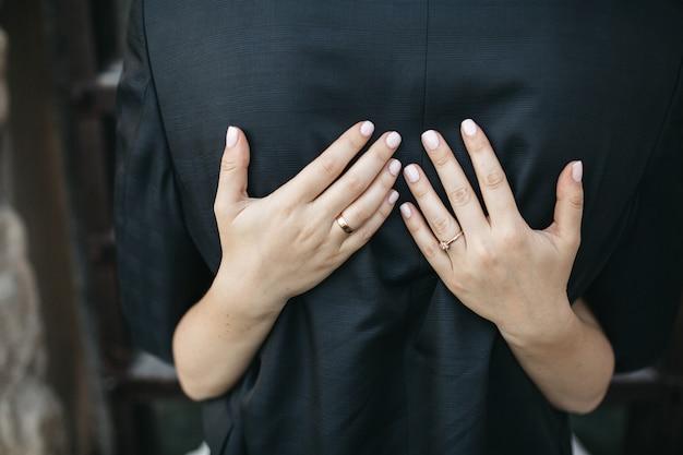 幸せな花嫁は彼女の夫を抱擁します