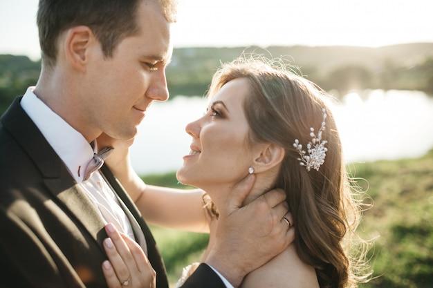 幸せな花嫁はお互いを賞賛します