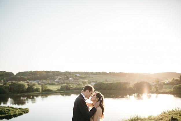 幸せな花嫁は自然の中で時間を過ごす