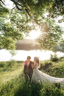 幸せな花嫁が公園を歩いています。