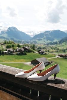 日当たりの良いスイスの背景にスタイリッシュなハイヒールがあります